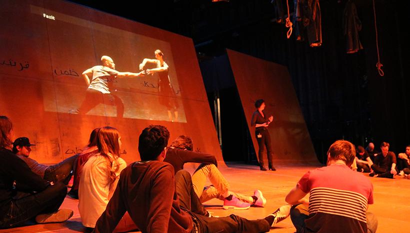 50 Studierende des Studienganges UXD erleben eine Vorlesung auf der Bühne des Stadttheaters in Ingolstadt